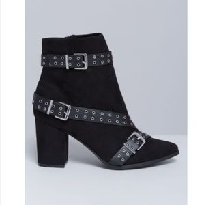 Heeled ankle boot with grommet straps 7w